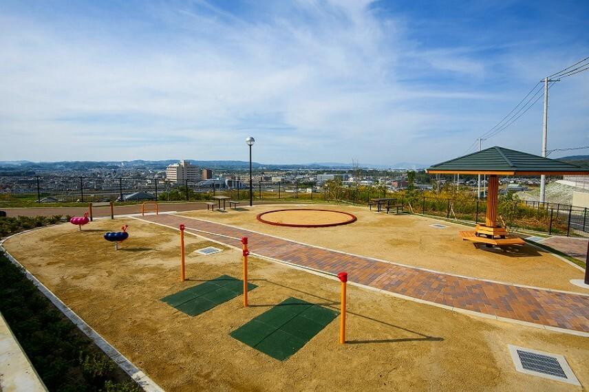 現況写真 【街区内公園】 街区内には、子どもたちが安心して毎日楽しく遊べる公園を計画。地域の方々とも交流のできるコミュティスペースです。 お客様のアンケート結果を採用した砂場スペースを設置しました。
