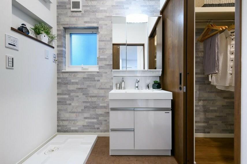 【洗面化粧台】タカラスタンダードの洗面化粧台  広々収納スペースで無駄のない洗面スペース。人造大理石フラットカウンター/扉(引き出し付)タイプ/三面鏡/ミラー裏収納スペース