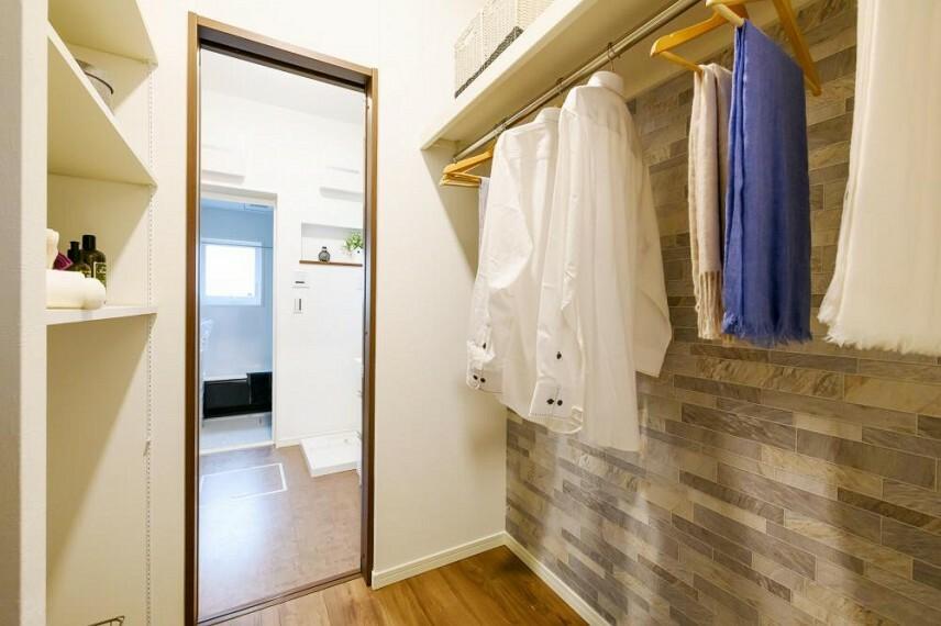 【36号地 ファミリークローゼット】玄関ホールからファミリークロークでハンガーにコートを掛け、洗面室で手洗いうがい、と動線がスムーズです。