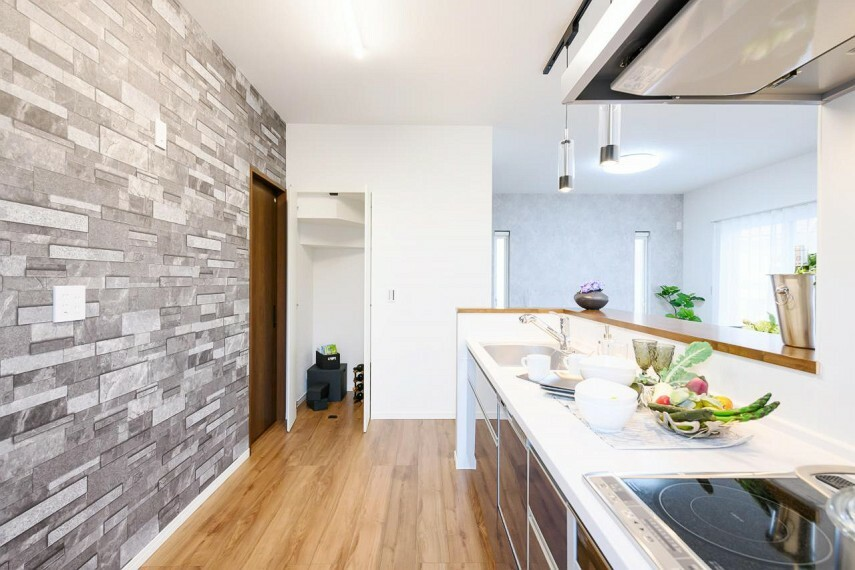 キッチン 【36号地 パントリー】キッチンにはパントリーを設置しました。買い置きの食料品や調理器具が収納できるので便利です。