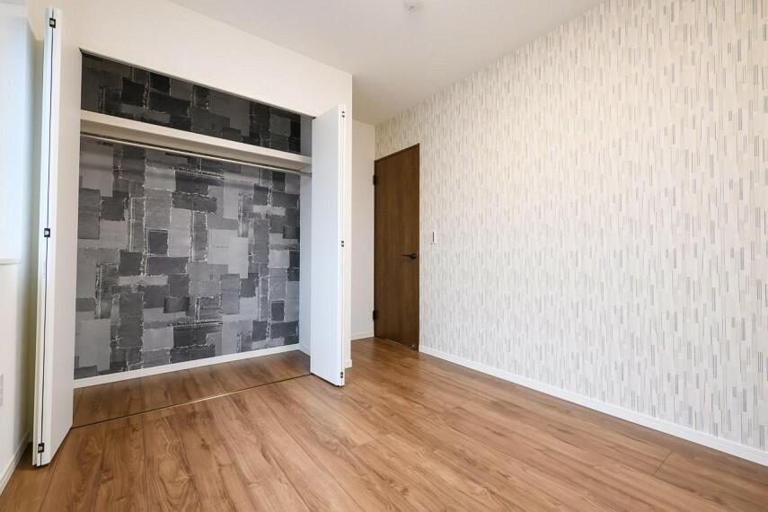 洋室 【36号地 クローゼット】2階洋室にはクローゼットを完備。その他玄関のシューズインクローク、洗面所へと繋がるファミリークローク、LDK、キッチンのパントリーなどの各所に豊富な収納スペースをご用意しました。