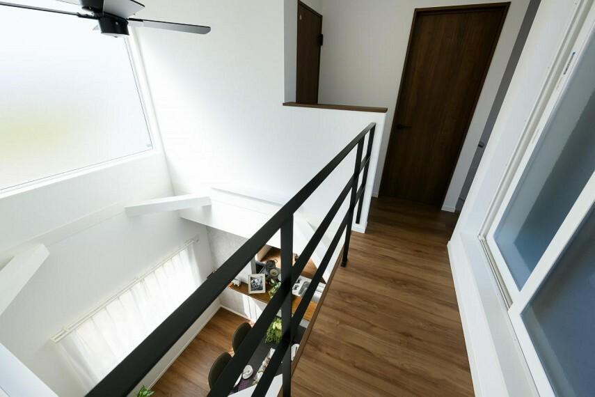 【2階ホール】スタイリッシュなアイアン製の手すりを採用。