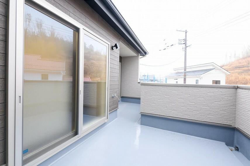 【36号地 バルコニー】主寝室と2階ホール両方から繋がるワイドバルコニー。