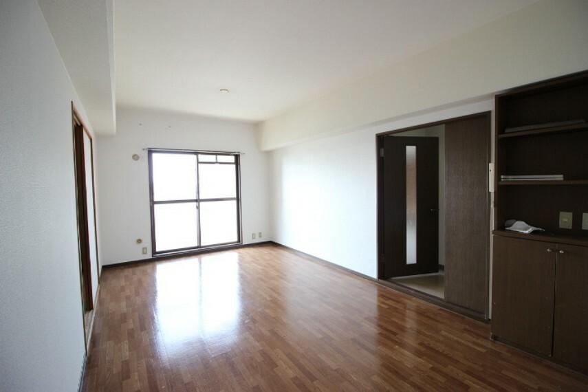 居間・リビング バルコニーに面した明るい10.8帖LDKは隣接する和室を開放すると一層開放感があります。