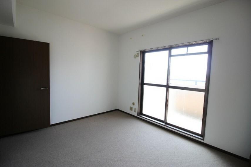洋室 6.5帖洋室 収納力のある物入が備わった明るい居室。