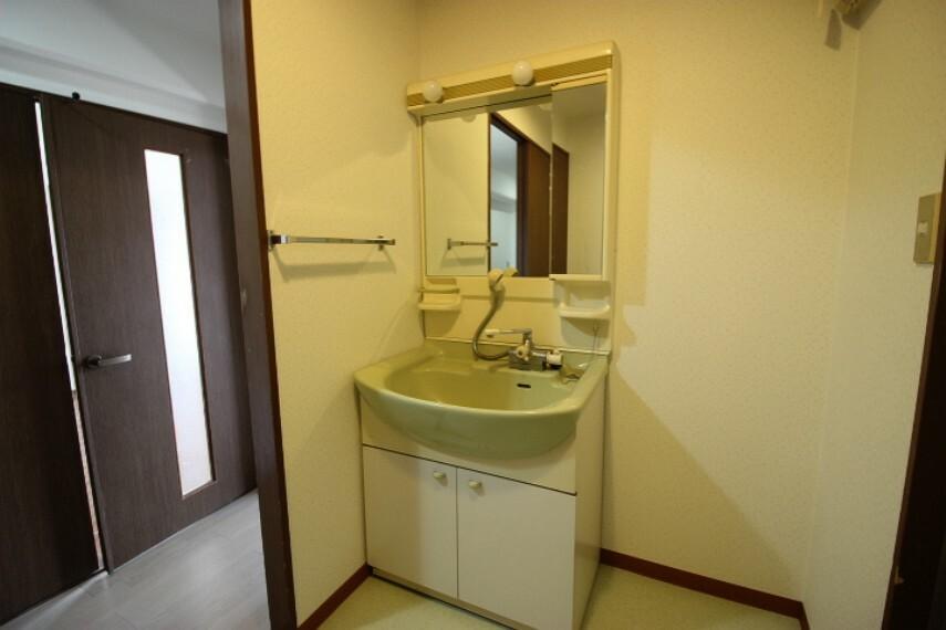 洗面化粧台 やわらかいグリーンの洗面ボウルが特徴的なシャンプードレッサーです。