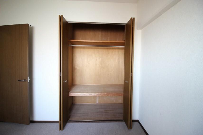 収納 5.9帖洋室の押入れです。仕切り付なので使いやすそうですね。