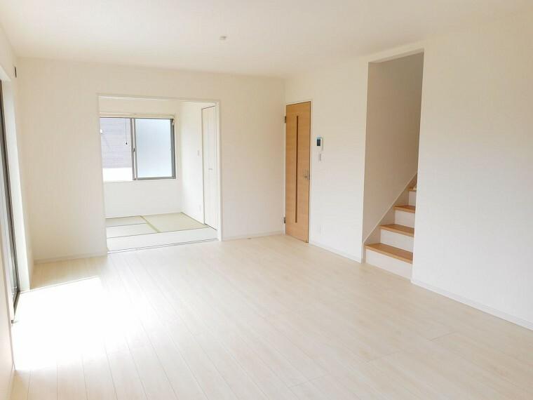 同仕様写真(内観) 南向きの明るい室内。ポカポカと暖かいリビングでおくつろぎ下さい。リビング階段を採用しました。(同仕様)