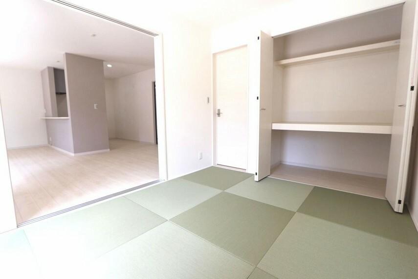 和室 リビングに続く和室は大変開放的です。2面採光で明るさも確保しております。(同仕様)
