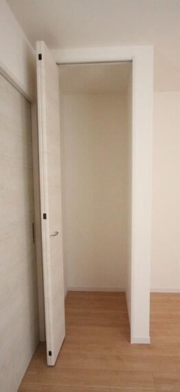 収納 玄関横の収納はコートや上着の定位置にいかがでしょうか? (同仕様)