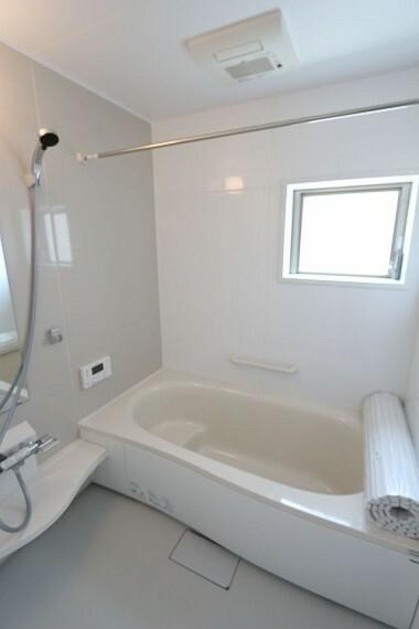 同仕様写真(内観) 1坪サイズのゆったりした浴室で足を伸ばしておくつろぎ下さい。浴室乾燥機付きで雨の日のお洗濯も安心です。 (同仕様)