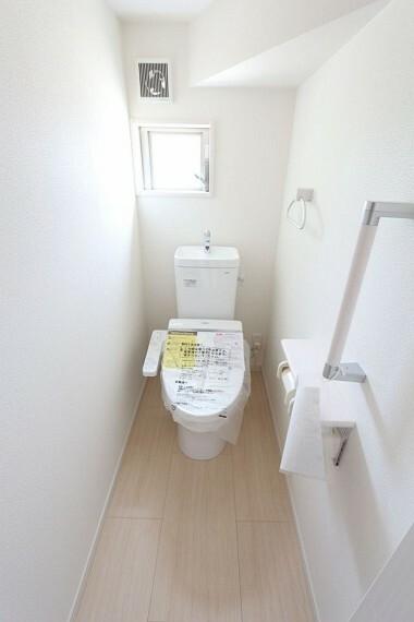 トイレ 2か所のトイレは朝の混雑緩和に活躍します。 1・2階共に温水洗浄便座を完備しております。 (同仕様)