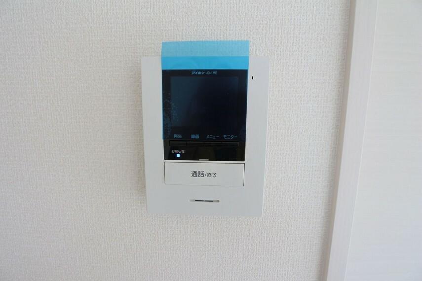 防犯設備 モニター付きインターホンを設置。 来訪者の顔を見ながら対応できるので、お子様の留守番時でも安心です (同仕様)
