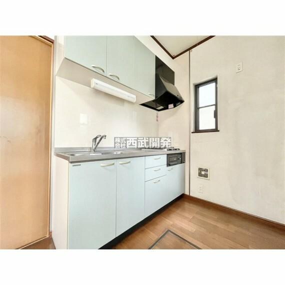 キッチン 南側のキッチンは吊戸棚付きで収納力のあるキッチンです!