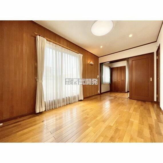 専用部・室内写真 南に面した洋室は陽当り・通風ともに良好です。明るいお部屋はそれだけで気分が晴れやかになりますね。