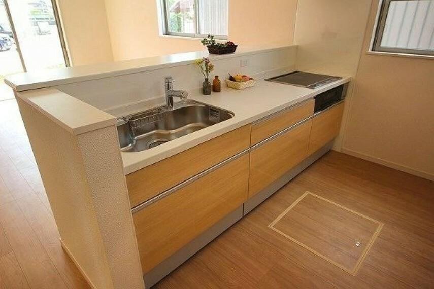 キッチン 人工大理石トップのシステムキッチン 収納充実のスライドドア【同社施工例】