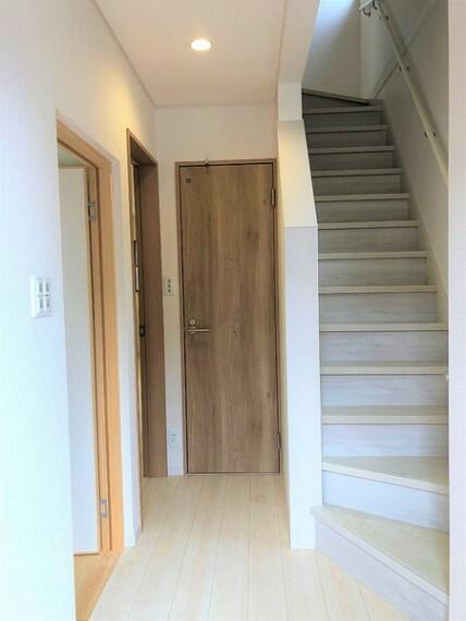 手摺付階段で上り下りも安心です。【同社施工例】