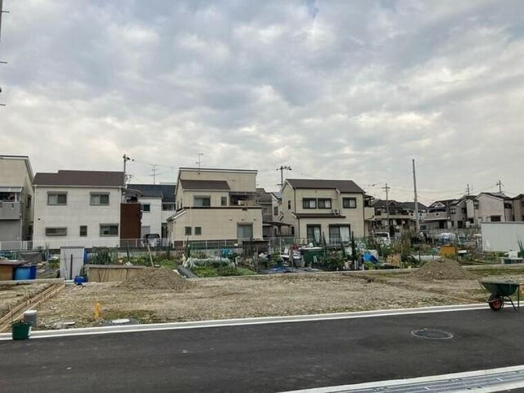 現況外観写真 全9区画の分譲地、前面道路が新しく整備され、整った街並み