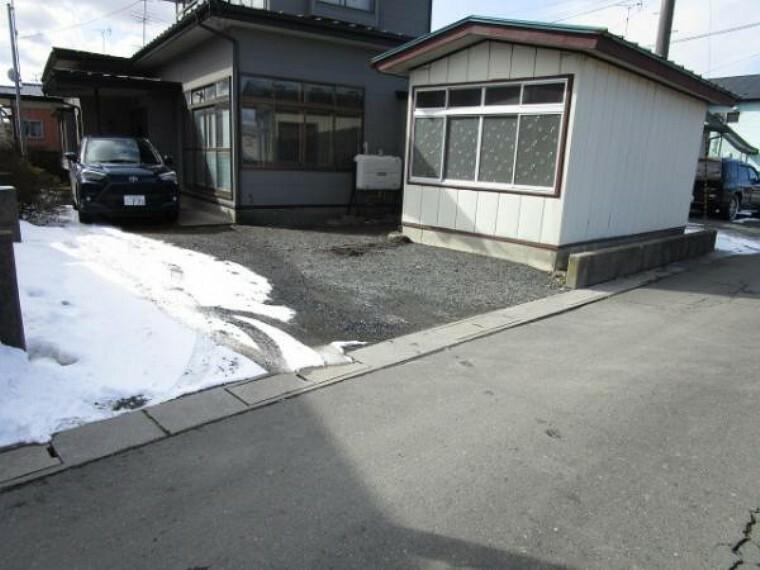 駐車場 【リフォーム中】小屋・塀を解体し、普通車5台駐車できるよう整備します。砕石仕上げです。