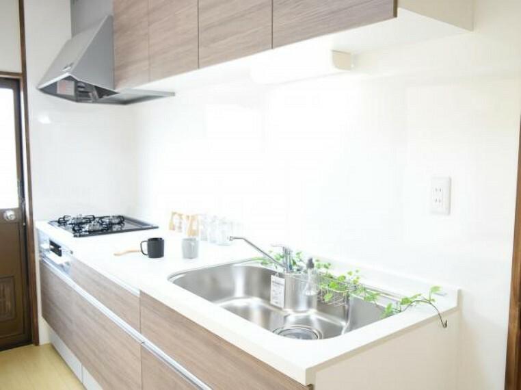 専用部・室内写真 【同仕様写真】キッチンはハウステック製の新品に交換します。扉が引出式で奥まできれいに収納出来ます。天板は熱や傷にも強い人工大理石仕様なので、毎日のお手入れが簡単です。