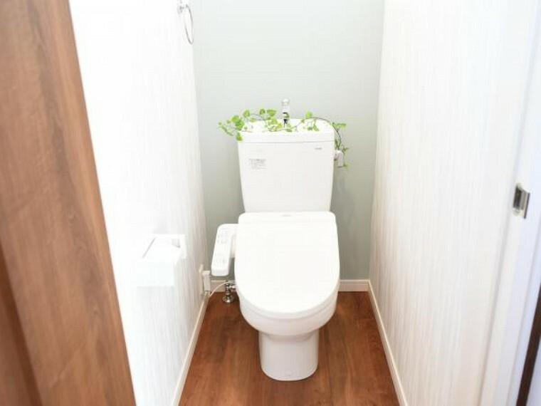 専用部・室内写真 【同仕様写真】トイレは便器便座を新品と交換します。直接肌が触れるところなので、新品だと衛生面でも安心ですね。