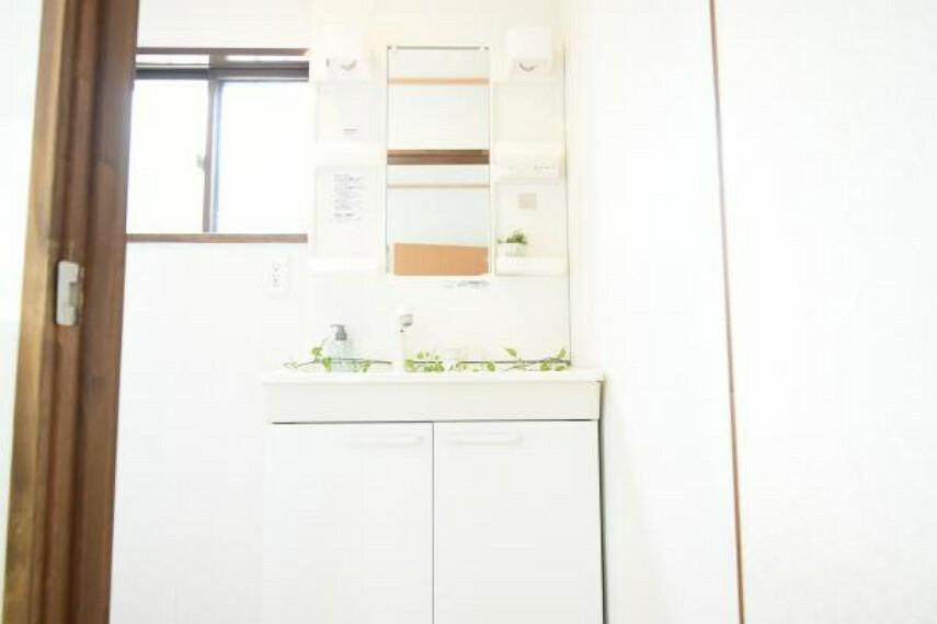 専用部・室内写真 【同仕様写真】新品の洗面化粧台は、収納トレイがあり、こまかな化粧品類もすっきりと収納出来ます。