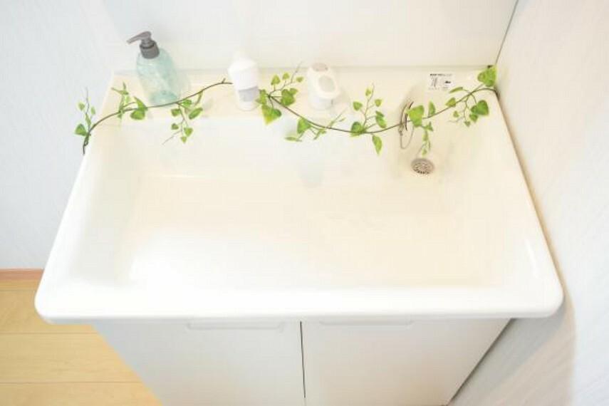 専用部・室内写真 【同仕様写真】洗面ボールです。花瓶やバケツの水汲みに便利なリフトアップ式。伸縮するシャワーホースで朝シャンも楽々。朝の時間短縮にも役立ちます