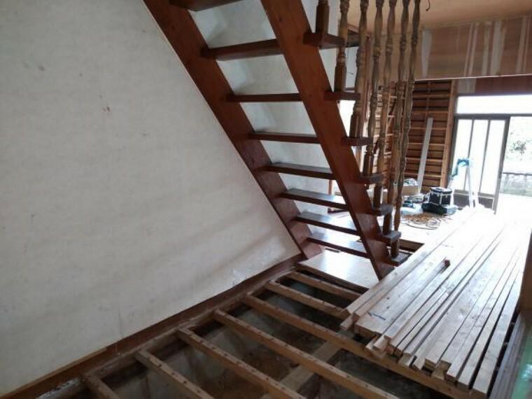【リフォーム中】階段室です。クロスの張替え、手すりの設置など行います。昇降が安全安心になるように工事します。