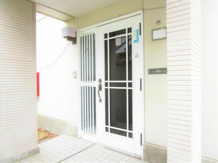 玄関 2/26撮影【リフォーム前・玄関】玄関ドアは新品交換を行いポーチライトを新設します。家の顔になる玄関は駐車場から続く玄関スロープを作成し段差なくスムーズに出入り可能な高級感のある玄関に仕上げていきます