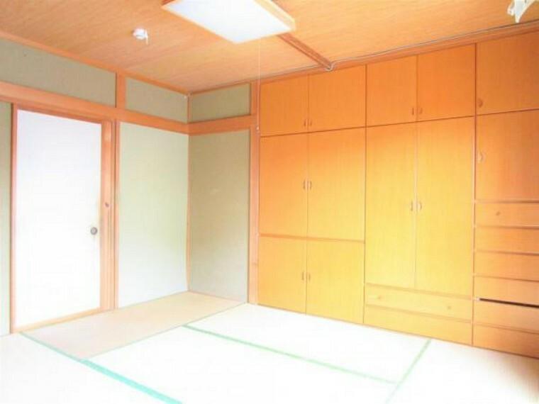 2/26撮影【リフォーム前・1F6帖和室別角度】掃き出し窓からの和室の様子です。備え付けの収納は大小様々な扉がありお着物や帯、普段着やコートなど1年を通したお洋服を一度に収納できます。