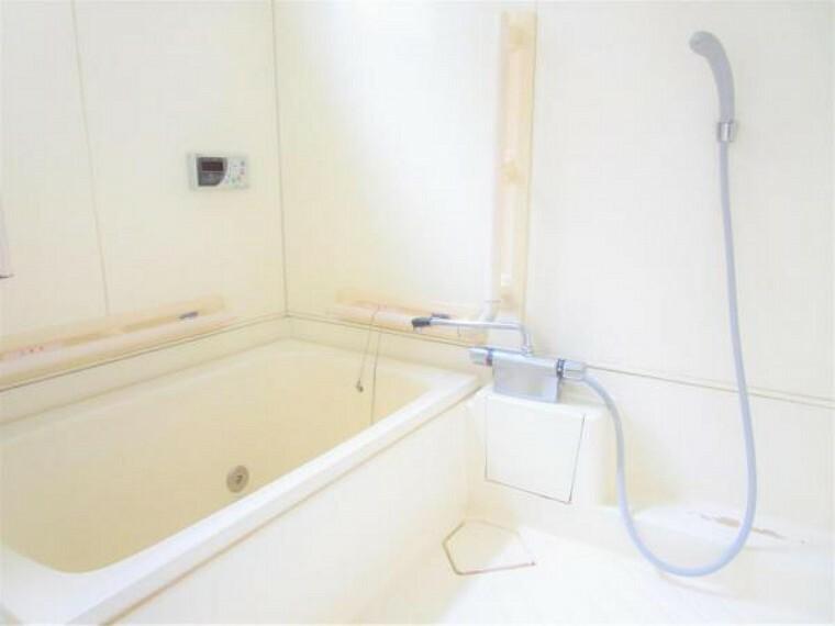 浴室 2/26撮影【リフォーム前・浴室】ハウステック製のユニットバスに新品交換します。窓も設置されており、明るく快適に日々の疲れを癒せる浴室になります。寒冷地仕様ですので冬場の長期外出の凍結も安心