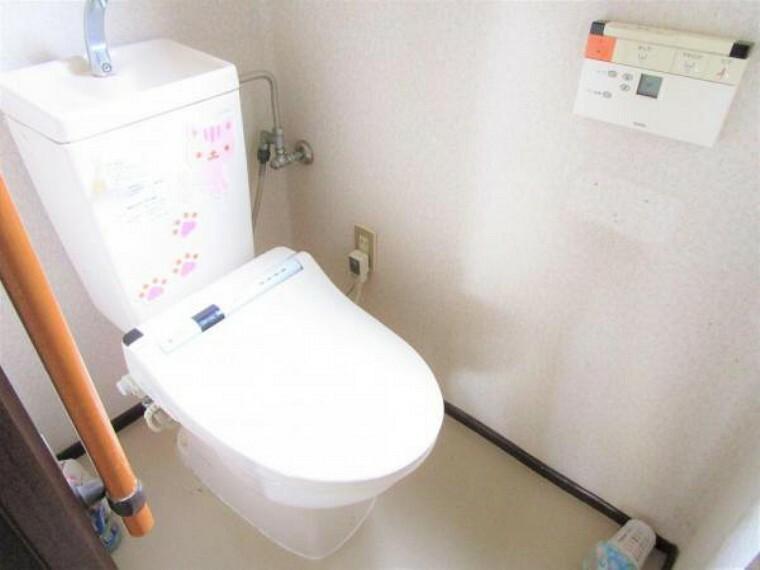 トイレ 2/26撮影【リフォーム前・1Fトイレ】リクシル製の節水タイプのトイレに新品交換します。窓のある明るいトイレは和室や玄関からも近く、リビングと隣接していないのでお客様にも気持ちよく使用していただけます