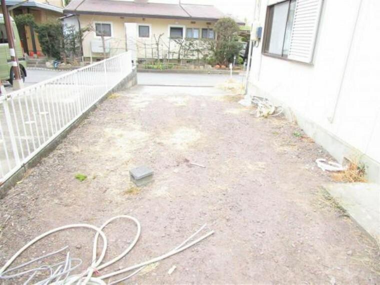 庭 2/26撮影【リフォーム前・庭】北側からの東側駐車スペースの様子です。縦に広がるスペースなので縦列駐車での駐車も可能です。物置を置いたり家族でBBQ等多用途に利用できるスペースです。