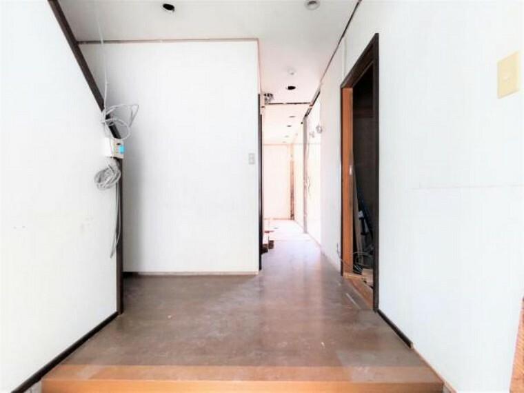 5/31撮影【リフォーム中・1F廊下】廊下の床はフローリングの重ね張りを行います。ダウンライトを新設し明るい空間に。玄関からリビング、トイレや2Fなど家族の行き来が多い空間は明るい方がいいですね。