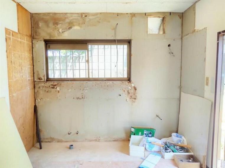 キッチン 5/31撮影【リフォーム中・キッチン】現在のキッチンは解体し新たにハウステック製の新品のキッチンを設置。キッチン向かって右手に勝手口があるので、重たい食材の買い出し時やゴミ出しに一役買ってくれます。