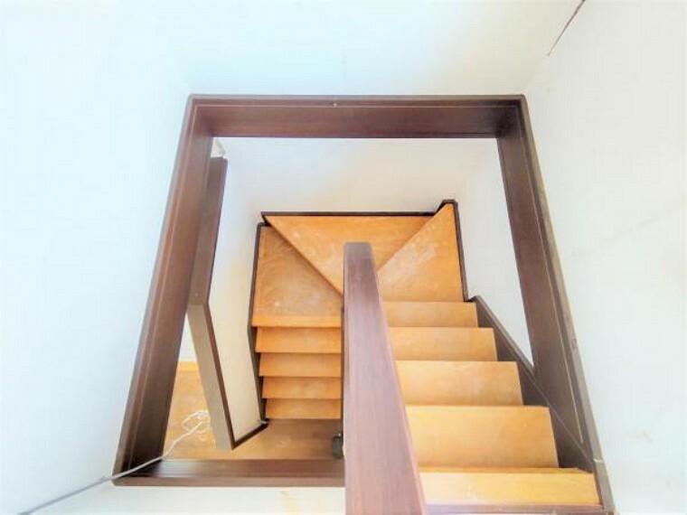 5/31撮影【リフォーム中・階段】2Fからの階段の様子。窓のある明るい階段には手すりを新設します。照明交換も行い、ノンスリップも設置するのでお子様やご年配の方も安心して昇り降りができます。