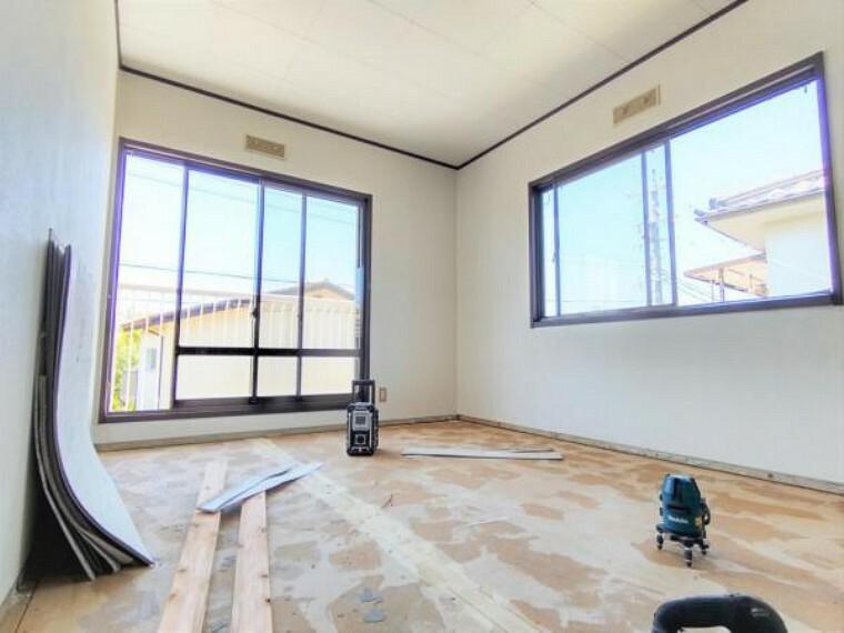 5/31撮影【リフォーム中・2F南西側6.5帖洋室】廊下側から見たお部屋の様子です。南側と西側の2面に窓があり、1日を通して明るいお部屋です。主寝室に当たる本居室は南側にベランダを備え、奥様もラクチン