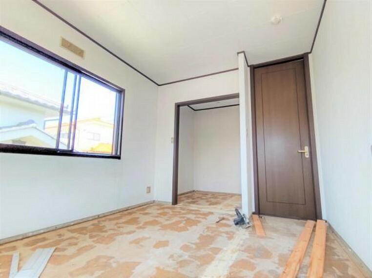 5/31撮影【リフォーム中・2F南西側6.5帖洋室別角度】窓側からの様子。このお部屋にはハンガーラックを備えた納戸があります。納戸の内側に姿鏡を設置するので朝の支度が楽しみになりそうですね