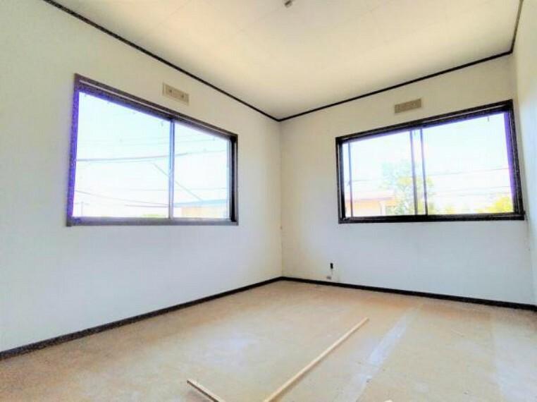 5/31撮影【リフォーム中・2F南東側6.5帖洋室】廊下側からの様子。南側と東側に窓があり、気持ちの良い朝日が差し込みます。主寝室を除いた本居室と各居室は絨毯張替え仕上げとなります。