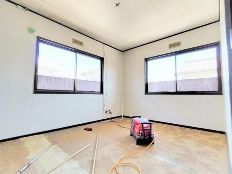 5/31撮影【リフォーム中・2F北東側6帖洋室】廊下側からの様子。廊下を隔てて独立した居室なので、ご家族のプライバシーを確保しながらくつろげる空間になります。北側ですが2面採光で明るさも十分