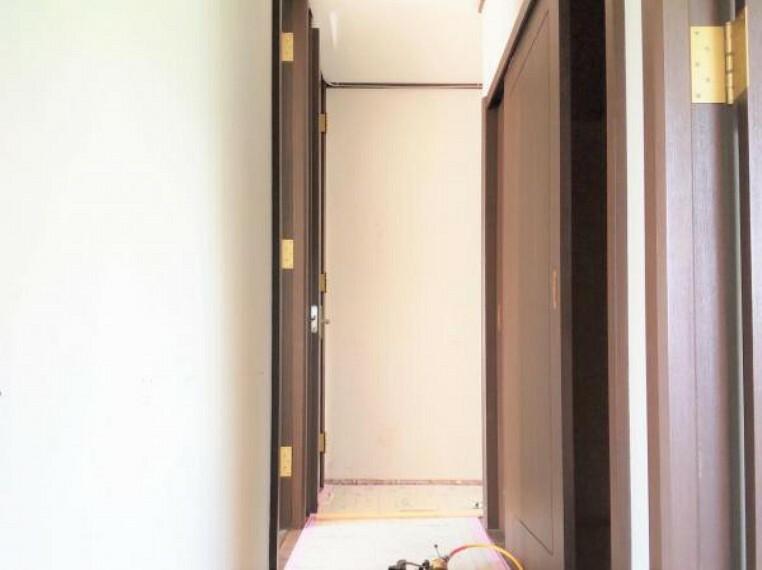 5/31撮影【リフォーム中・2F廊下別角度】東側からの廊下の様子。右手中ほどには廊下に設置された収納。その他4つの居室とトイレと階段に繋がります。ダウンライトを新設するので明るい廊下になります
