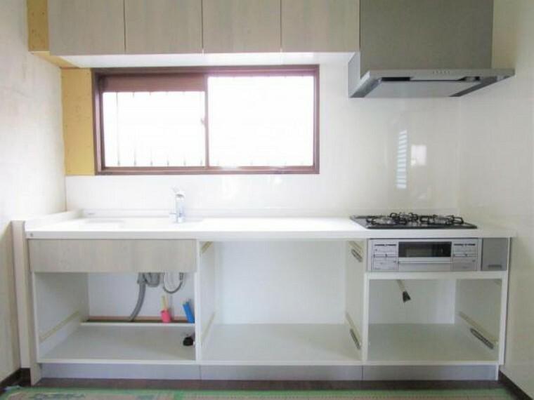 キッチン 2/26撮影【リフォーム中・キッチン】設置予定の同モデルのキッチン写真です。3口コンロに浄水器を内蔵した水栓カラン等イマドキの仕様。キッチン上部には吊戸棚も設置しキッチン下の収納と併せて大容量です。