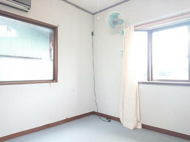 【リフォーム中】2階の7.5帖の洋室別アングル写真です。床、壁ともにリフォームします。