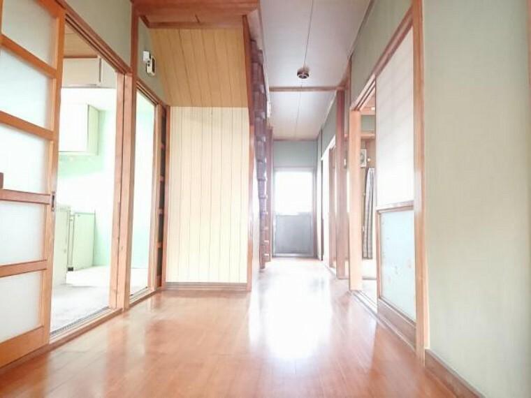 玄関 【リフォーム中】玄関は広々ゆったりして開放感があります。床、壁ともにリフォームします。