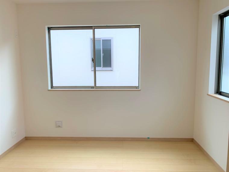 洋室 2面以上採光を施した為、晴れの日の日中はいつも明るい室内に。窓を開放すれば気持ちの良い風が入り込んできます。