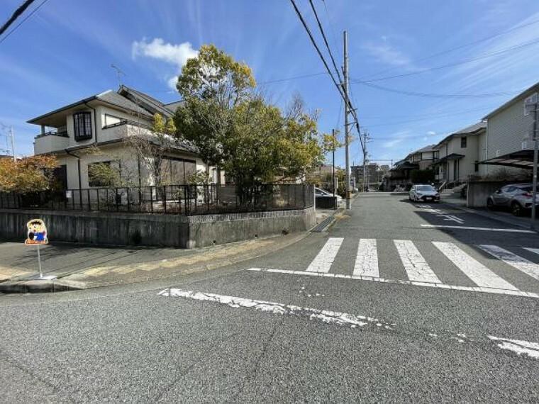 現況写真 南向き角地 全面道路は広めの道路 交通量は少なめです