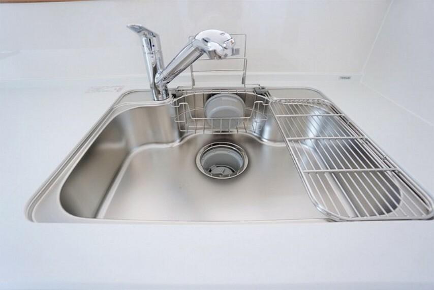 キッチン 大きめの鍋も洗える使い勝手の良いシンク。水はねの音や食器が当たる音を大幅に軽減する静音仕様です。
