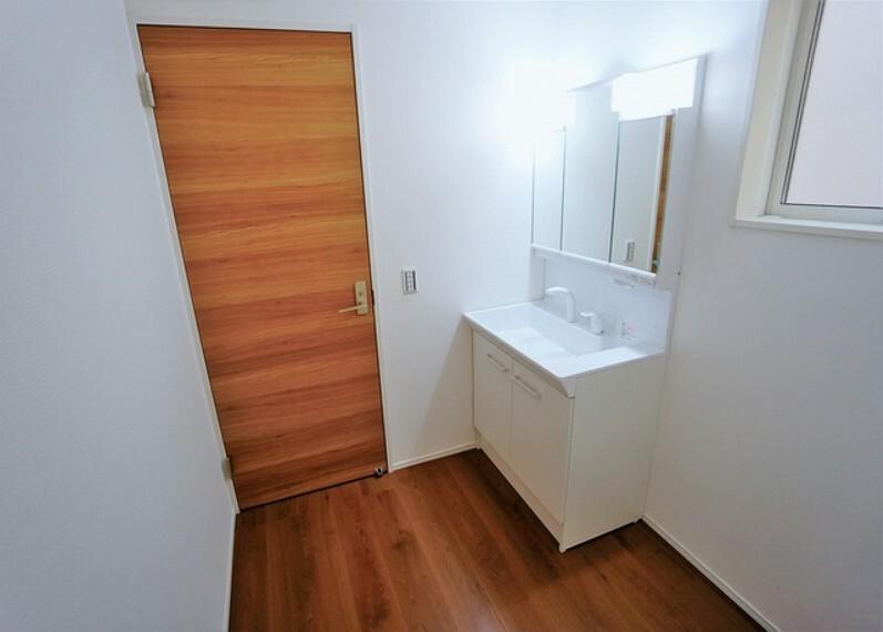 洗面化粧台 お手入れしやすく使いやすい3面鏡付きの洗面台。収納スペースも広く、洗剤や掃除道具をたっぷりと収納できます。