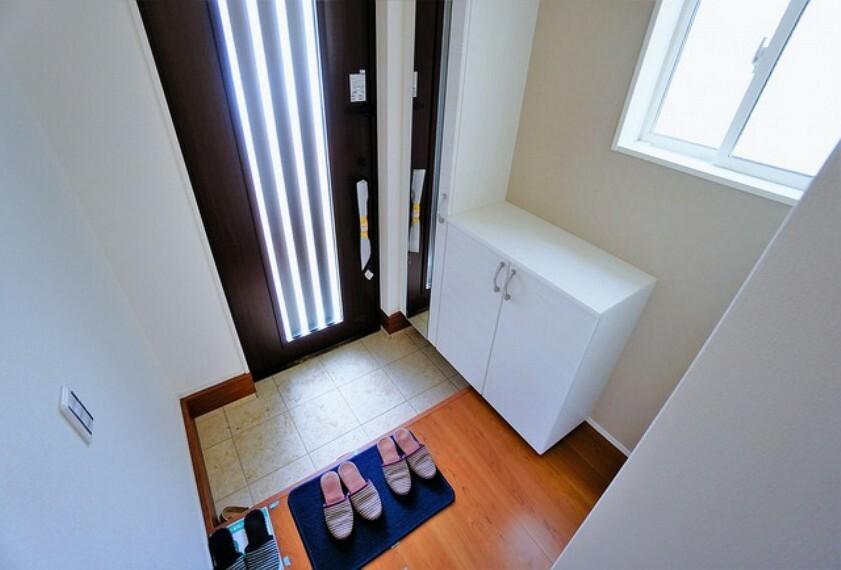 玄関 採光も考えられた明るい玄関です。棚の上にはお花や写真をかざっても素敵です^^