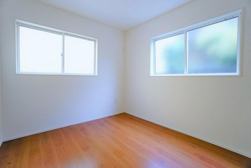 寝室 2面採光を確保した明るい室内は、風通しも良く、大変居心地の良い空間となっております。爽やかな風を感じて起きる朝は、快適生活の始まりに。
